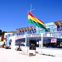 チチカカ湖の港。青空に映えるボリビアの国旗