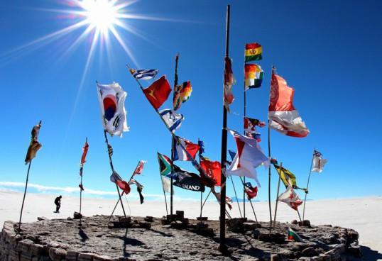 ウユニ塩湖には、いろんな国旗がはためく