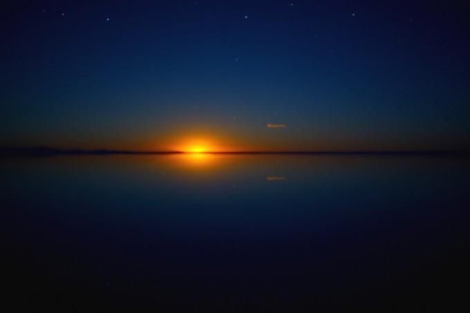 ウユニ塩湖に月が沈む