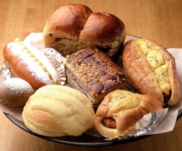 ぶどうパン(奥)も人気