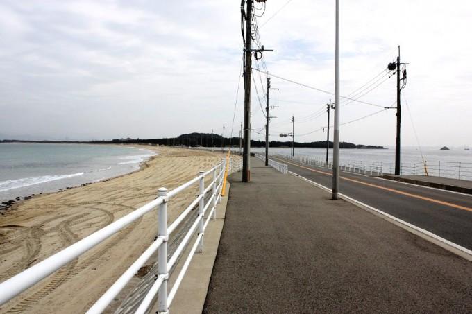 志賀島と海の中道を結ぶ「道切」。右は玄界灘、左は博多湾