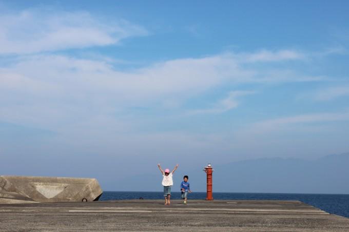 湯向の桟橋から、遠く屋久島を眺める