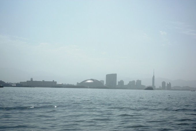 博多湾から望む市街地
