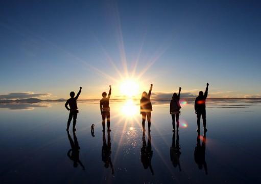 ウユニ塩湖で太陽に向かってこぶしを上げる!! がんばるぞー