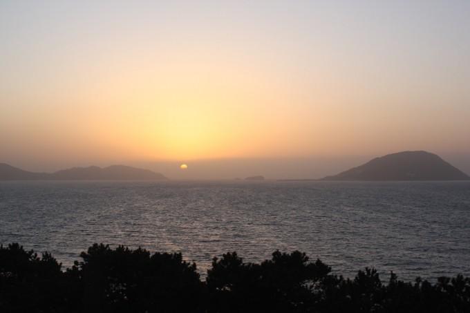 沈む夕陽に一日の無事を感謝(休暇村)