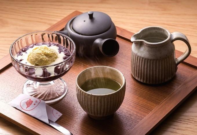 夏場に人気のアイスクリームぜんざい(煎茶付きで702円)。煎茶はお湯付きで2煎まで楽しめる