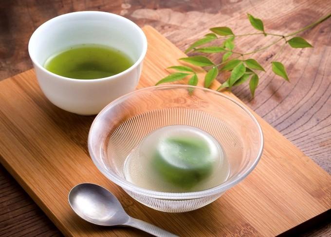 抹茶あん入りの自家製水まんじゅう。夏場には自家製抹茶シロップを使ったかき氷を提供する