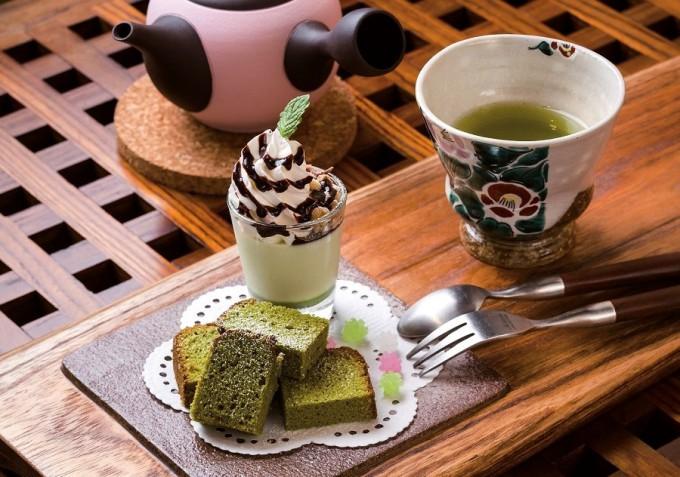 特選彩乃香プレートは煎茶ブランマンジェミニパフェに加え、緑茶のスコーン、チーズケーキなど5種類から選べるスイーツがセット(写真は抹茶のケーキ)