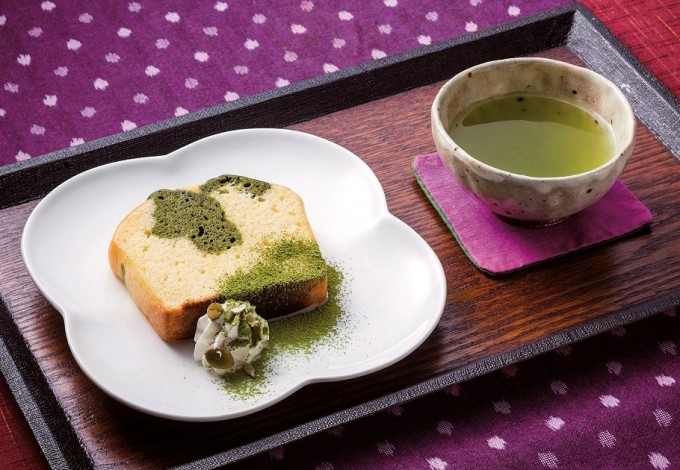 緑茶入りのパウンドケーキセット。飲み物は煎茶、紅茶、ほうじ茶から選べる
