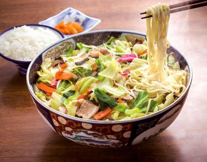 伊万里焼の器で出される「びっくりジャンボちゃんぽん」は3、4人で分けて食べる人も多い。ご飯(130円)は別