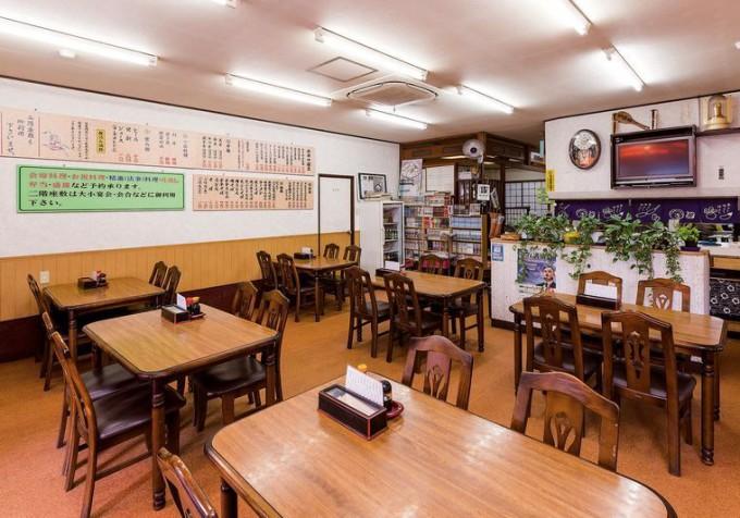 テーブル席のほか1・2階に座敷も備え、各種定食、麺類、丼物などメニューも豊富