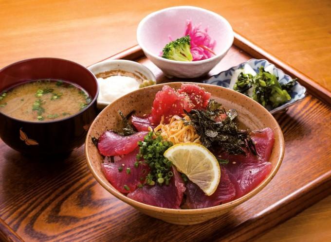ご飯が隠れるほどのマグロが載った「まぐろづけ丼」は小鉢とみそ汁付き。写真は大盛り(900円)