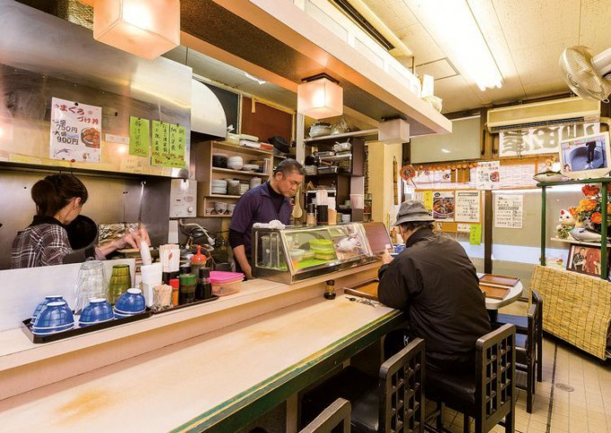 店内はカウンターの9席。店外の共有スペースにあるテーブル席でも食べられる