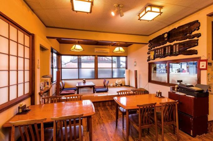 店内は座敷とテーブル席の計16席。店で使っている器、雑貨など県内の作家の作品展示、販売も行っている