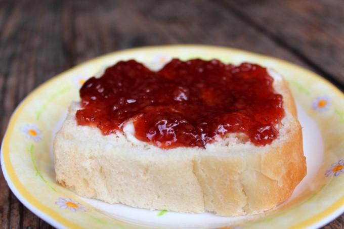 ホウロクイチゴのジャムを塗ったパン。ホントおいしいんです