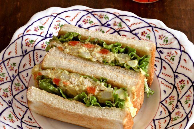 門倉多仁亜のらっきょう漬け入りポテトサラダのサンドイッチ