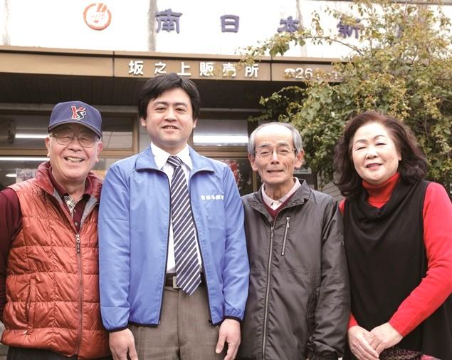 豊田博文所長(左から2人目)家族とスタッフ(左)