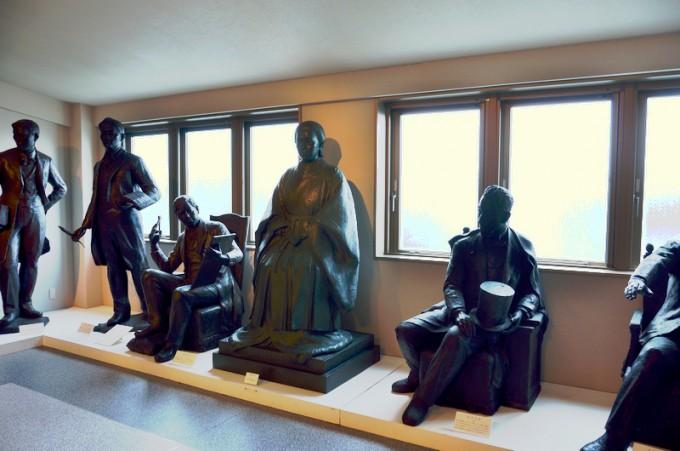 薩摩英国留学生と篤姫像。間近で見ると一人ひとりの顔の表情がとても豊か