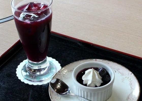 見た目も爽やか!! 期間限定の「ブルーベリーのブリュレ」と手作りジュース