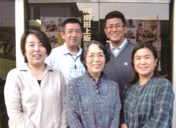 加治屋徹所長(右上)家族とスタッフ