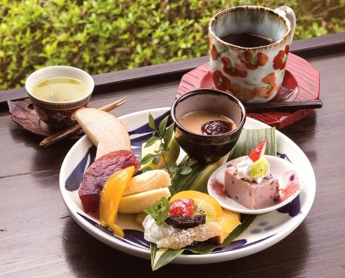 セット。果物とスイーツを堪能した後は、こんぶ茶ですっきり
