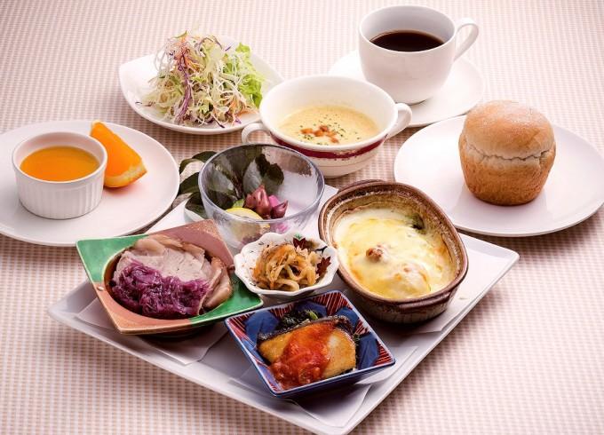 サワラのポワレ(蒸し焼き)や豚ロース肉のブレゼ(蒸し煮)の「スペシャルワンプレートランチ」