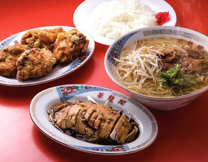 人気の「白切鶏」(写真下)にかかっている秘伝のたれを、ご飯やラーメン、空揚げにかけるのが通の食べ方とか