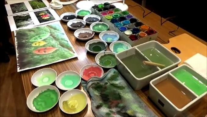 実演に使った絵筆、ポスターカラー、絵の具を混ぜる皿、取材写真も公開