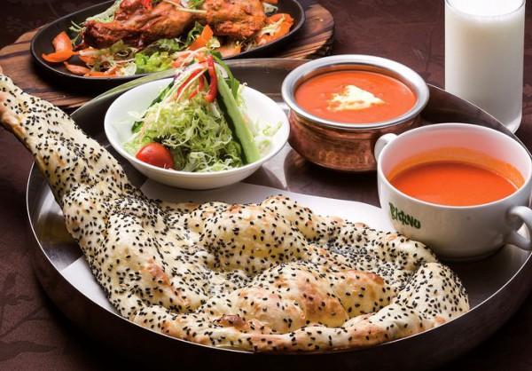 ごまナンとバターチキンカリーのパンジャビセット(中央)、ラッシー(右上)、タンドリーチキン(左上)