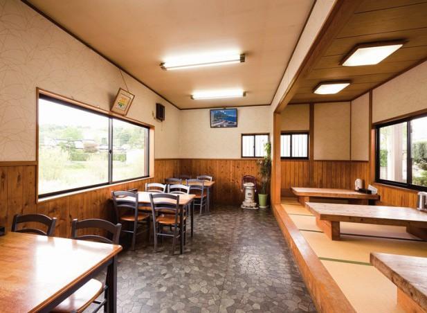 ゆったりとした造りの店内はテーブルと座敷がそれぞれ3卓