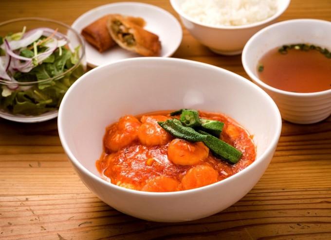 Aランチの「海老と卵のチリソース」。 メーン料理には市場で仕入れた新鮮な野菜を使用