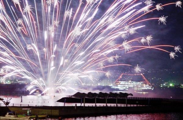 毎日約50発の水中花火が船旅に花を添える