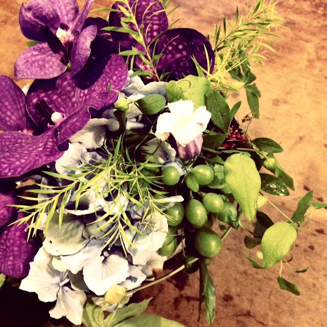 「夏のアレンジ」4,000円。 使用している花:バンダ(ラン)、ティーツリー、 グリーンボーイ(ブドウ)