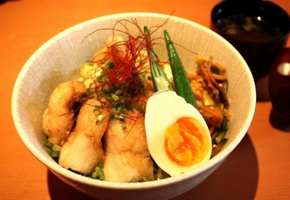 ランチは丼もの2種で夏季は1種が冷麺。いずれも580円