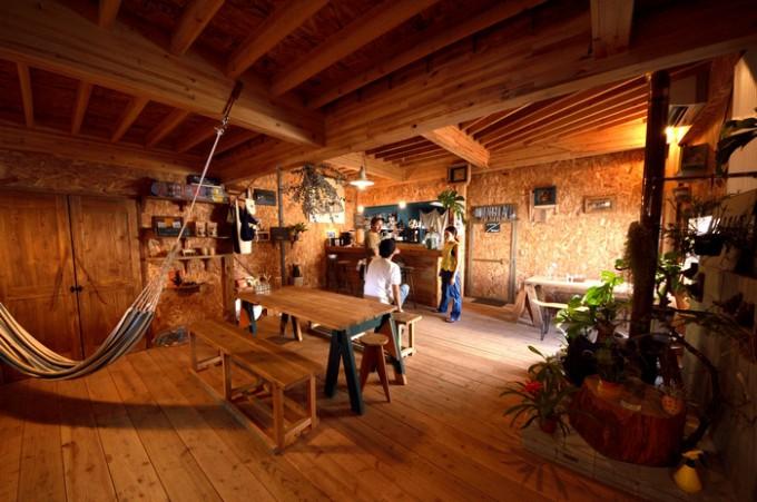 広々としたカフェスペース。ハンモックも吊るされておりアメリカンな雰囲気