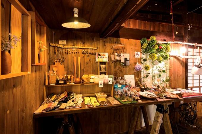 布小物、木工品、アクセサリーなどが並ぶ