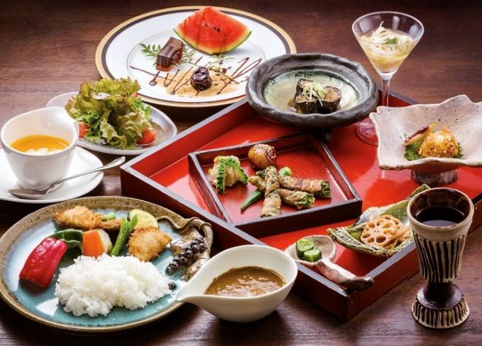 コースランチ(スープ・サラダ・季節の料理5品・メーン料理・コーヒー・デザート)。メーン料理は、ビーフシチュー・夏野菜カレー・ドリアのいずれか。(写真は夏野菜カレー)