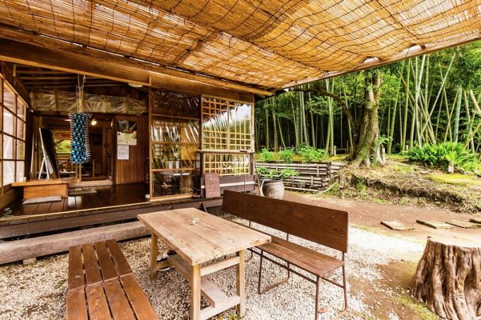 屋外でも飲食でき、モウソウ竹の林を眺めながらくつろげる