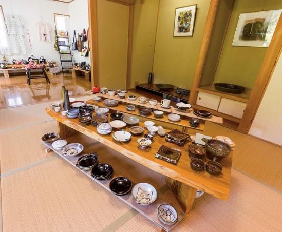 広い和室に味わい深い作品が並ぶ