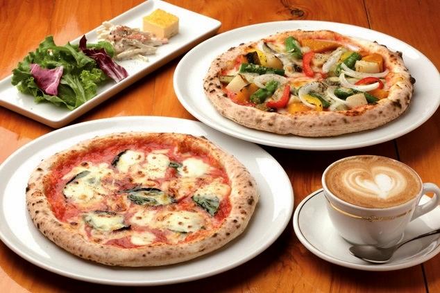 マルゲリータ(手前)と季節の野菜のピザ(奥)