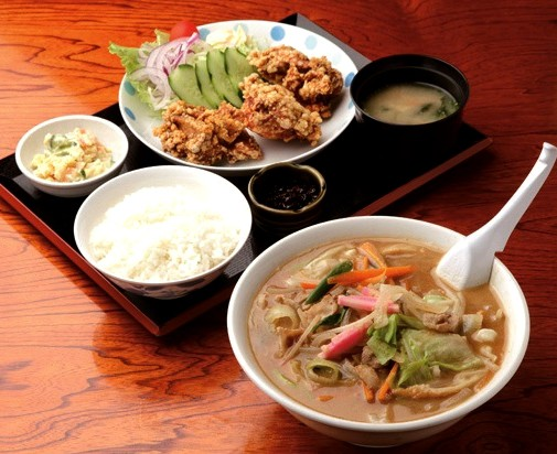 チャンポン(手前)と唐揚げ定食
