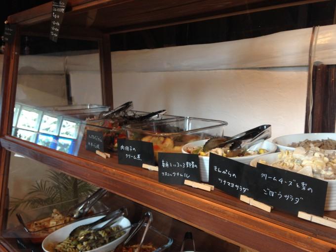 ワルンカラン、ショーケースに並んだ色とりどりのお惣菜