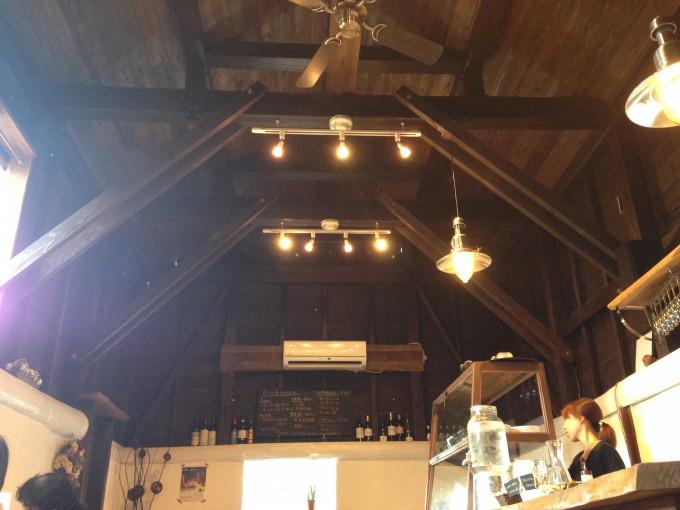 ワルンカランは牛小屋を改装した気持ちのいい店舗