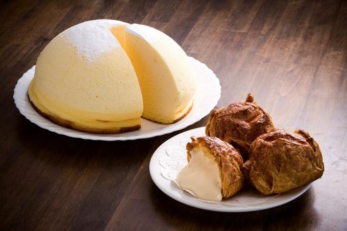 ふわふわの生地が口の中でとろける豆乳チーズズコット(左)とパイ生地の麻ごころシュー