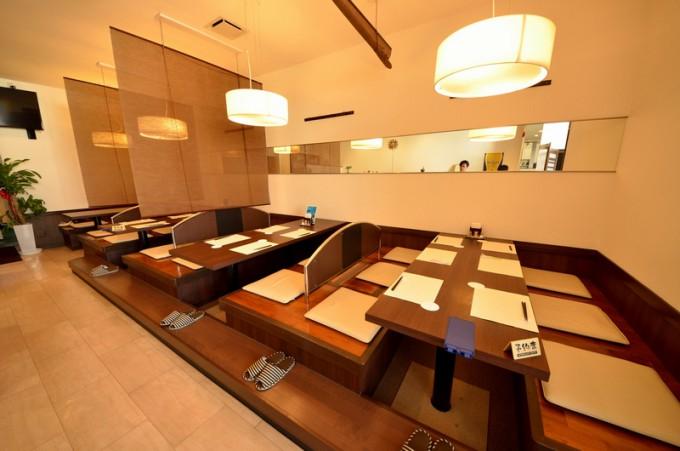 掘り座敷は4卓。テーブルごとに仕切ることができる
