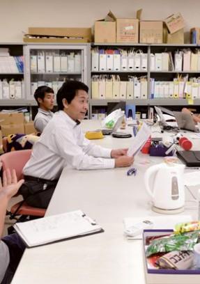 運営スタッフの学生とミーティング(神戸大学)