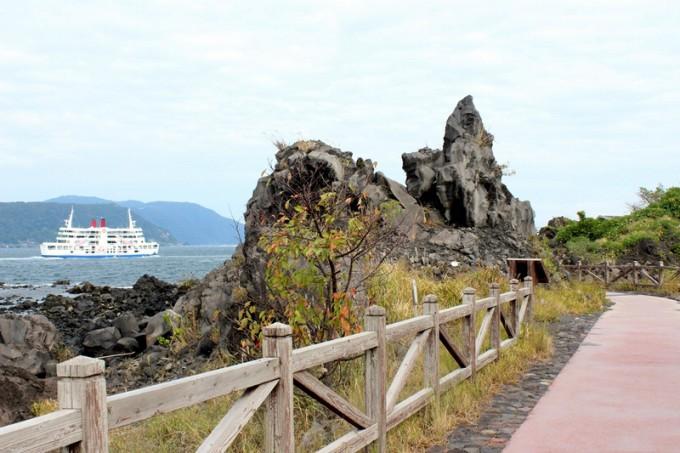 溶岩なぎさ遊歩道から見える桜島フェリー