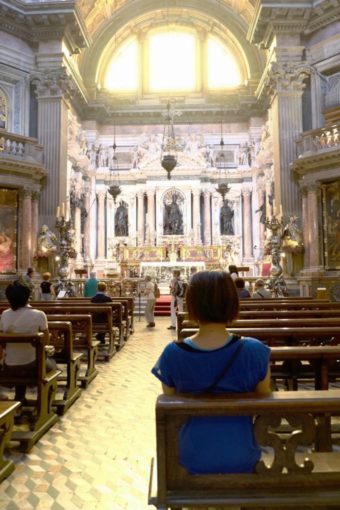 教会では観光客も静かにしています
