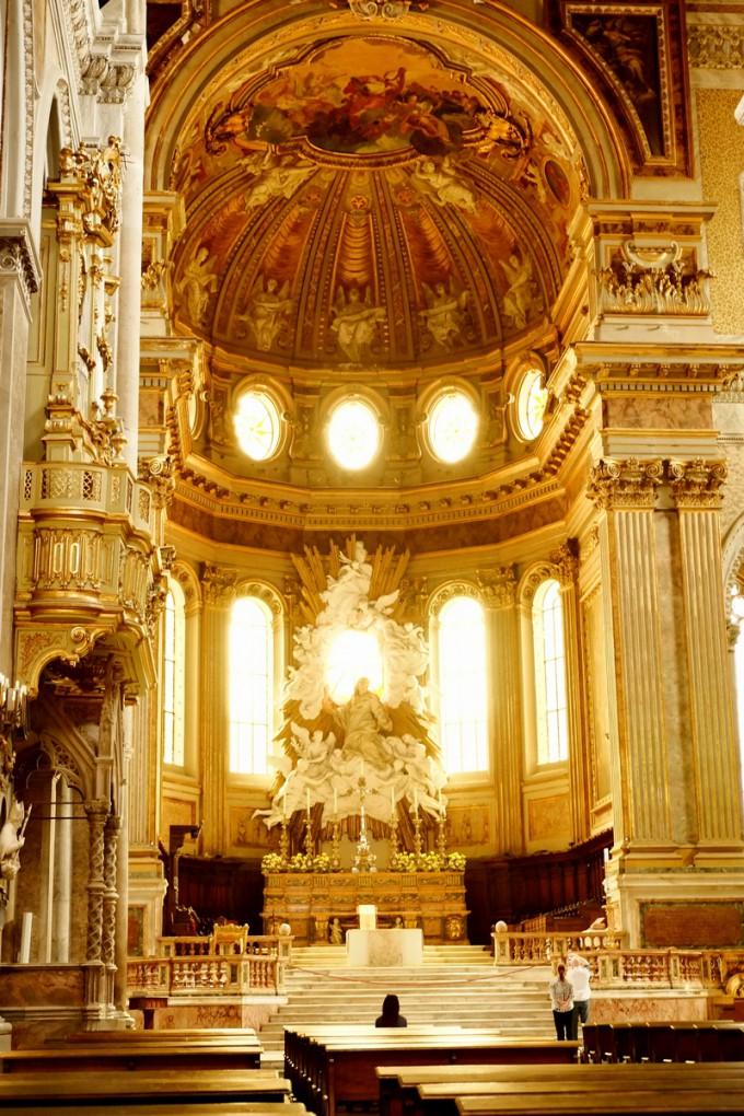 ナポリの教会。厳かな雰囲気