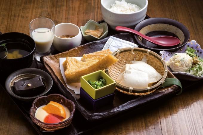 揚げたての油揚げとざる豆腐の相乗り定食
